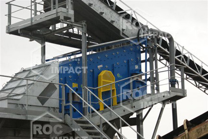 INSTALLATION WITH CONVEYOR SCREENING